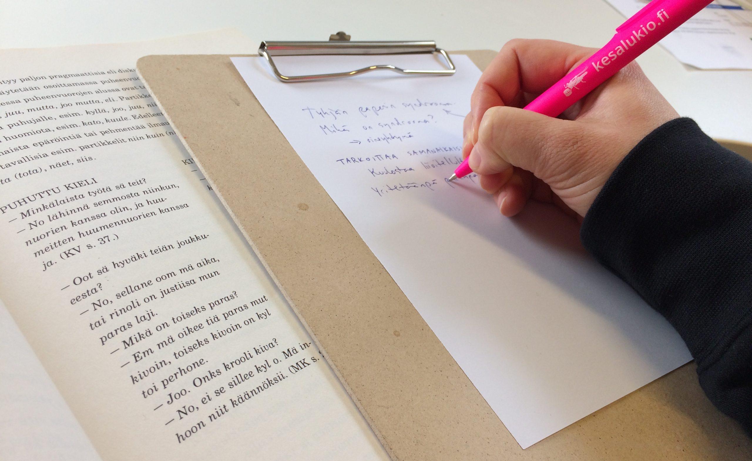 Luovaa kirjoittamista, teatteri-ilmaisua, äidinkieltä tai suomea kesälukioissa